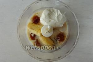 Далее в чашу блендера кладём очищенный банан, половину кубиков льда из кофе, мороженое, щепотка корицы по вкусу.