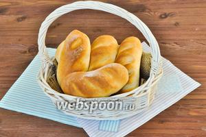 Можно кушать булочки с молоком и чаем и очень хороши с начинкой из сыра, масла или варенья.