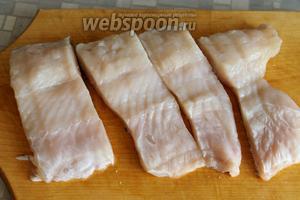 Рыбу промыть, осушить, можно нарезать кусочками.