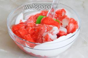 Теперь лопаткой или ложкой соединяем и аккуратно перемешиваем белки и ягодную массу.