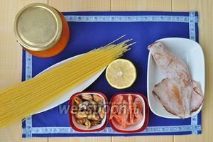 Для блюда нужен  соус маринара, спагетти, вино, лимонный сок, морепродукты, оливковое масло, соль.