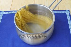 Отварим пасту. В кипящую подсоленную воду опустить спагетти и варить до состояния аль денте.