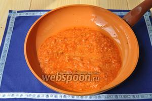 На сковороду выложить соус маринара и нагреть, влить немного белого вина и выпарить его.