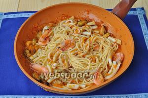 Выложить пасту к соусу и прогреть, если соус слишком густой, то можно добавить немного воды от варки пасты.