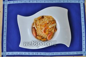 Подавать пасту горячей, немедленно в тарелке для пасты или другой глубокой тарелке.