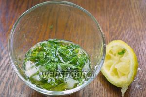 Петрушку измельчить и сложить в мисочку. Добавить 1-2 столовых ложки лимонного сока, 1-2 столовых ложки растительного масла.