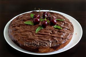 Пирог смазать шоколадом и украсить ягодами и мятой. Приятного чаепития!
