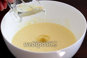Затем добавить растительное масло и сметану.