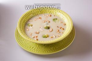 Выливаем суп в тарелку (или в тарелки), посыпаем орешками. Приятного аппетита! Кстати, особенно вкусно есть суп с романеско и кешью с «луковым» хлебом.
