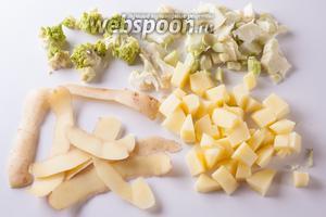 Картошку почистить и порезать на мелкие кусочки, у романеско срезать волокнистую часть (если есть) и тоже мелко порезать.