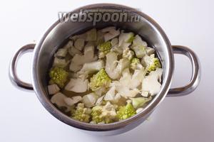 Залить овощи водой (так, чтобы она их едва покрывала) и варить 10 минут.