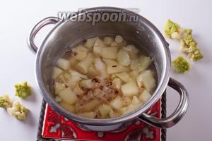 Тем временем, как раз должны быть готовы наши картошка с капустой. Их следует снять с огня и закинуть в кастрюлю жареные лук с чесноком. Кстати, если собираетесь декорировать суп розочками романеско, то его нужно солить перед началом варки. Но это мешает развариванию овощей.