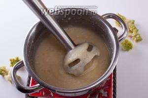 Картошку, капусту, лук и чеснок солим, приправляем мускатом — и размалываем блендером в гомогенный суп-пюре.
