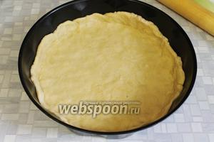 Раскатать тесто, выложить в форму, сделать бортики.