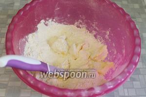 В миску нарезать полумягкое масло кубиками, добавить муку, соль, перемешать.