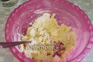 Добавляя ложкой ледяную воду, замесить тесто.