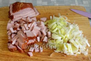 Приготовить начинку: мелко нарезать ветчину, полукольцами лук-порей.