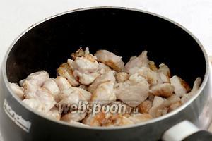 Затем добавить немного масла и обжарить кусочки крахмальной курицы до румяного цвета.