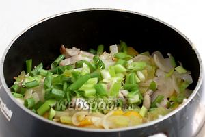 Соединить курицу с обжаренными перцами и луком. Посыпать зелёным луком.