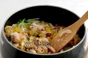 Через 1 минуту влить кунжутный соус и жарить всё вместе до лёгкого выпаривания соуса, минуты 4-5.