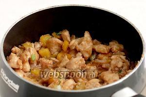 Когда соус начнёт обволакивать кусочки курицы и они станут глянцевыми — блюдо готово.