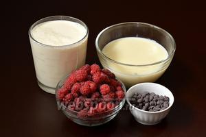 Для приготовления малинового мороженого нам понадобится малина, сливки, сгущённое молоко, шоколадные дропсы.