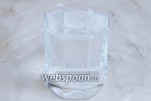 В горячей воде растворяем соль.