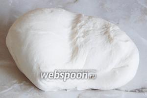 За это время тесто преображается. Из плотного мучного куса оно становится эластичным, мягким и приятным на ощупь!