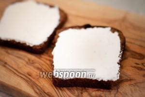 Ломтики хлеба намазать сливочным сыром. Можно использовать домашний крем-чиз.