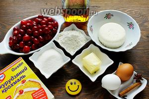 Нам понадобится: сыр, мука, сахар, яйца, вишня (без косточки), масло, крахмал, ликёр, пряности.