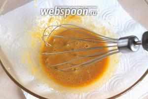 Влейте чайную ложку масла и начинайте взбивать электрическим венчиком (или ручным).