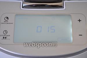 Включить мультиварку в режим «Жарить» на 15 минут и налить в чашу масло. Использую мультиварку PHILIPS 3095.