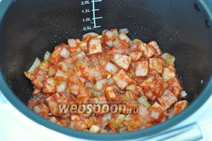 Обжарить всё с томатом.