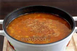 Добавить в суп зелёные оливки и жидкость из банки.  Снова довести до кипения и проварить 5 минут.
