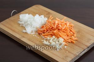 Морковь, лук и чеснок нарезать помельче.