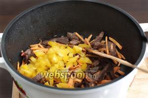 Затем добавить морковь и перец. Премешать и ещё тушить несколько минут. Слегка подсолить и следить, чтобы ничего не подгорело. Если образуются прижарки на дне казана, то можно подлить воду.