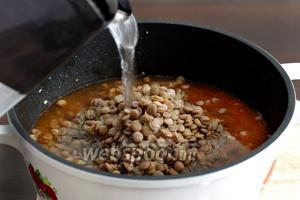Добавить чечевицу и долить воду. Хорошо посолить и варить 15-20 минут.