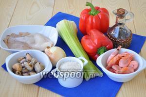 Приготовим морепродукты, сельдерей, перец, лук, чеснок, бульон (можно использовать рыбный или овощной, у меня куриный), устричный соус, масло оливковое, соус табаско (несколько капель для подачи). Морепродукты разморозить, кальмары очистить.