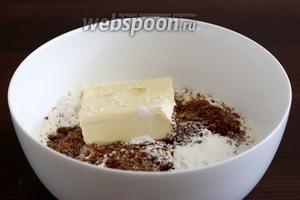 В миске смешать все сухие продукты: муку, сахар, соль, кофе, разрыхлитель. Добавить миндальный экстракт и сливочное масло. Растереть всё руками до состояния крошки. Я использовала коричневый сахар, но это непринципиально, можно любой.