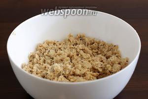 Добавить пару ложек ледяного молока или воды, чтобы тесто стало более послушным, но всё ещё оставалось крохким.