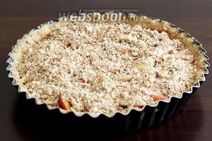 Посыпать получившейся крошкой. Выпекать 25 минут при 180°С. Крошка должна стать золотистой, а благоухание миндаля с персиком подскажет вам готовность пирога.
