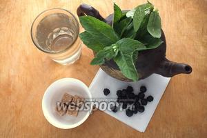 Подготовьте необходимые ингредиенты: сушёную вишню, кипяток, свежую мяту, тростниковый сахар.
