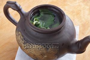 Положите в чайник ягоды и мяту. Залейте крутым кипятком, накройте крышкой и дайте настояться 15 минут.