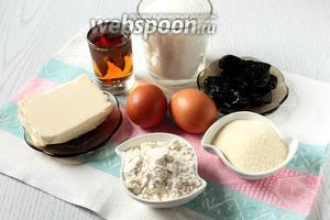 Для приготовления нам понадобятся яйца куриные, сахар, масло сливочное, манная крупа, чернослив, коньяк, разрыхлитель и мука пшеничная.