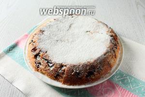 Кекс-пирог перевернуть на тарелку и посыпать сахарной пудрой. Наш кекс-пирог с карамелизованным черносливом в мультиварке готов. Приятного чаепития!
