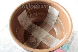 Чашу мультиварки смазать сливочным маслом, выстелить полоски пергамента. Можно полосками не выстилать, тогда доставать при помощи чаши для варки на пару.