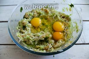 Добавить яйца и соль и ещё раз хорошо вымесить.