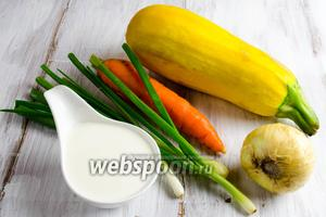 Чтобы приготовить блюдо, нужно взять крупный цукини, морковь, лук репчаный и зеленый, петрушку, соль, сметану, масло оливковое.