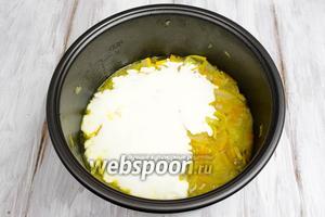 Добавить сметану. Перемешать. Закрыть крышку. Готовить еще 20 минут. За 10 минут до окончания приготовления добавить мелко нарезанную зелень и зеленый лук.