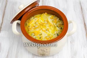 Выложить готовое блюдо в кастрюлю. Накрыть крышкой. Подавать к обеду в горячем виде.